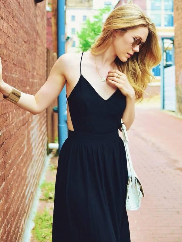 Чёрное длинное платье с открытой спиной