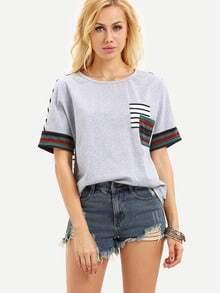 Kurzarm T-Shirt mit Folklore Druck und gestreifter Tasche
