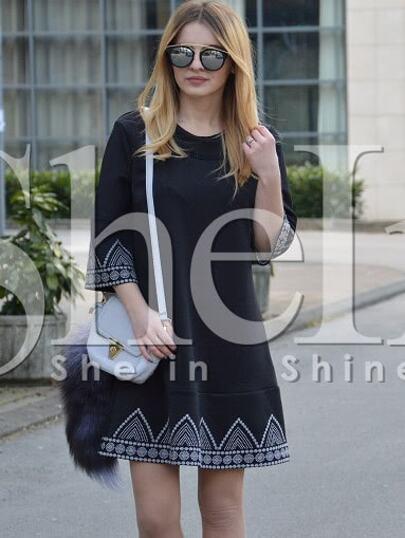 فستان فضفاض مطرز أسود دائري الرقبة