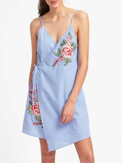 Vestito a strisce asimmetrico con applique di fiore ricamato
