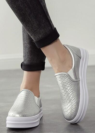 Flache Schuhe mit Schlangenhaut Muster-silber