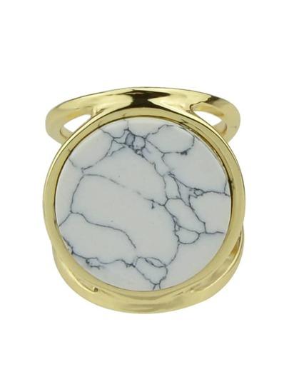 خاتم ذهبي بحجر أبيض