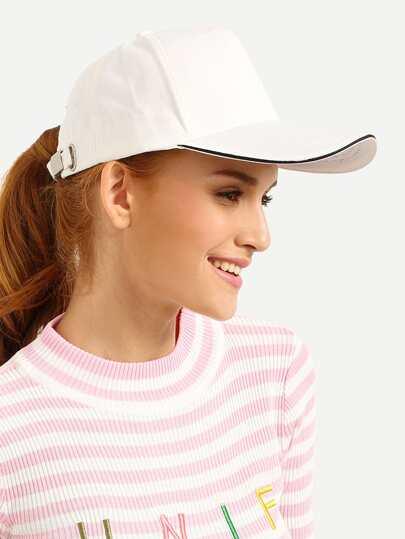 Белая модная кепка