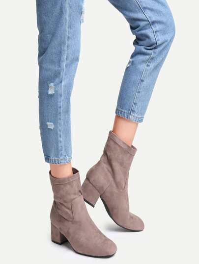 Коричневые замшевые ботинки на каблуках