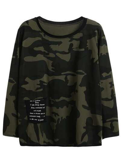 Camiseta con estampado camuflaje y bolsillo