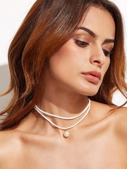 Белое ожерелье в гламурном стиле