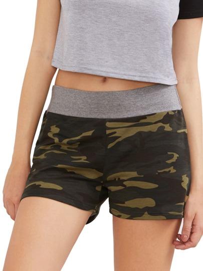 Shorts camouflage avec un lacet
