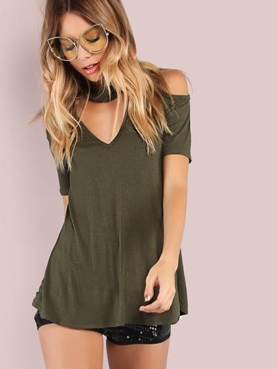 Vestido con hombros al aire y gargantilla - verde oliva