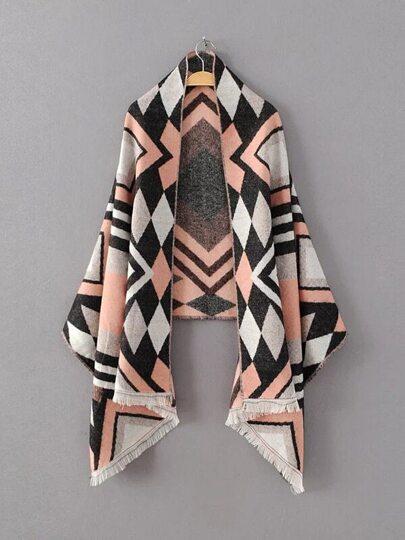Модный шарф-накидка с бахромой и геометричным принтом