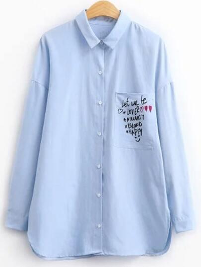 Blusa con estampado de letras y bolsillo - azul