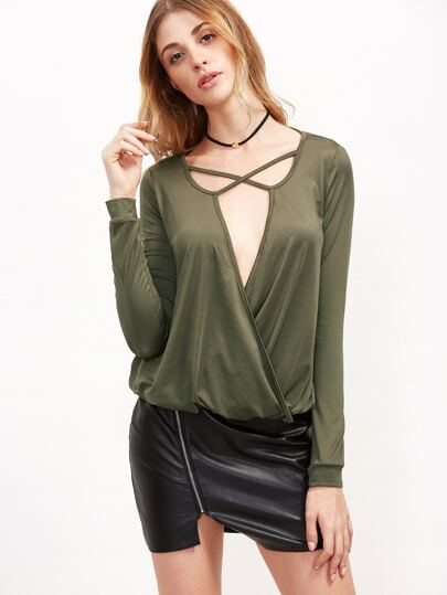 Camiseta con escote V profundo y trias cruzadas - verde oliva