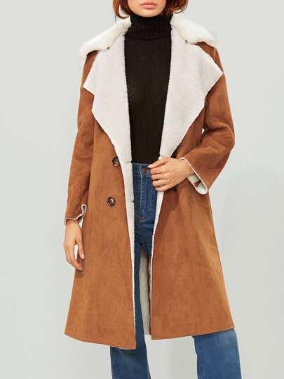 Abrigo con cuello de piel sintética y doble botonadura - camello