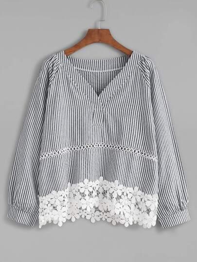 Blusa de rayas verticales con cuello V ribete con encaje en contraste