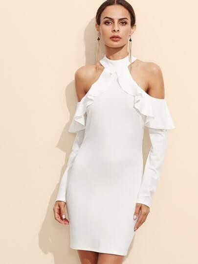 فستان أبيض بكشكش عاري الكتف