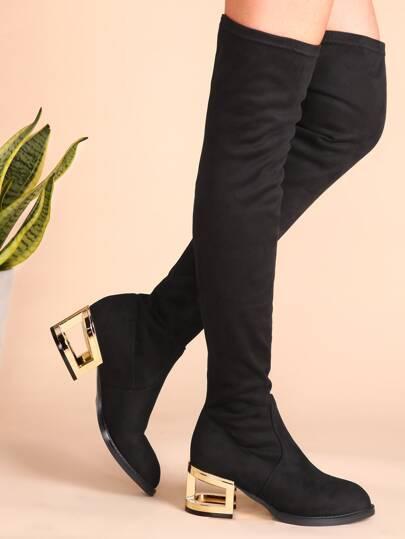 чёрные замшевые сапоги на вырезных каблуках