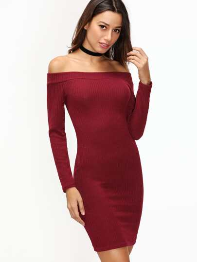 бордовое ребристое платье с открытыми плечами