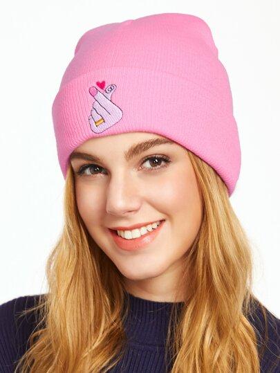 Светло-розовая вязаная шапка с вышивкой