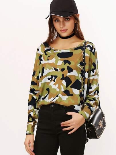 Camiseta asimétrica con hombro caído y estampado de camuflaje - verde oliva