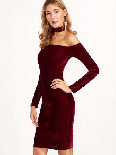 бордовое бархатное платье-футляр с открытыми плечами