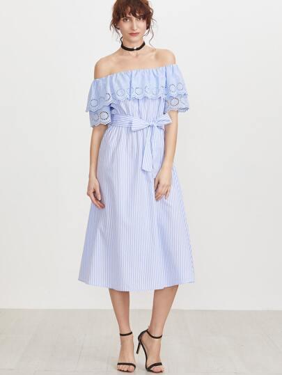 Синее полосатое платье с открытыми плечами с поясом