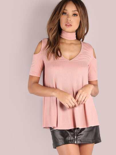 Camiseta con hombros al aire y gargantilla - rosa