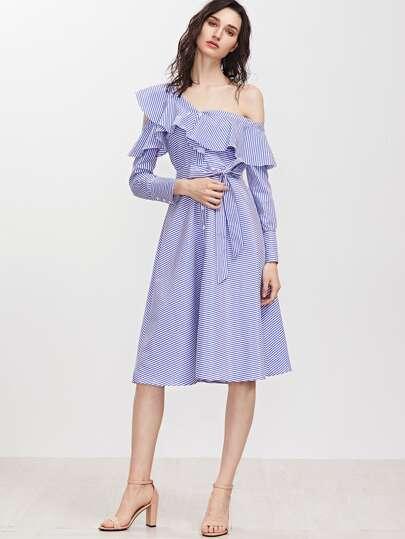 Синее полосатое асимметричное платье с открытыми плечами с оборкой с поясом