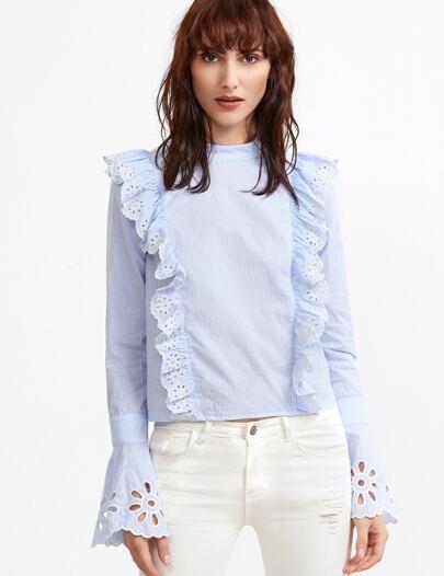 Бело-синяя полосатая блуза с кружевной вставкой с воланами