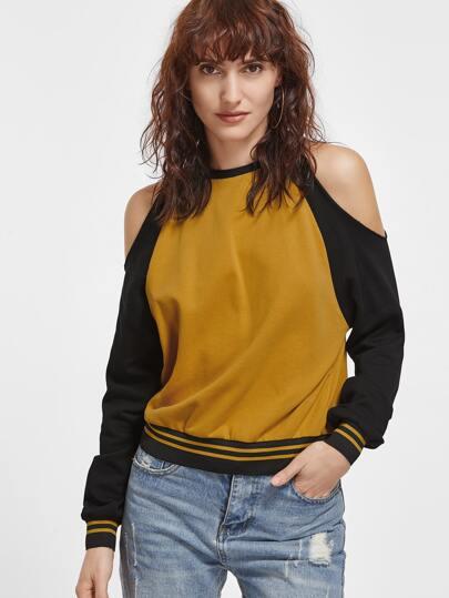 Контрастный модный свитшот с открытыми плечами
