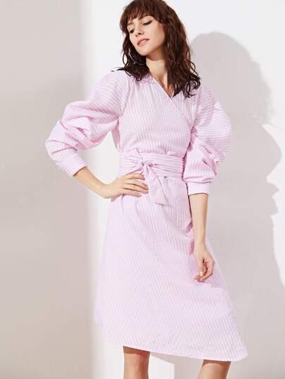 Розовое полосатое платье с запахом с поясом