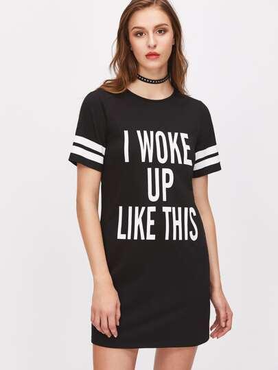 Vestido estilo camiseta con estampado universitario - negro