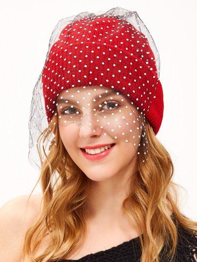 Красная вязаная шапка с помпоном с фатой в горошек