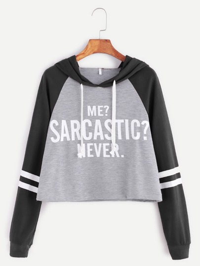 Kurze Sweatshirt mit Kapuzen Kontrast Raglan Ärmel Slogan Druck