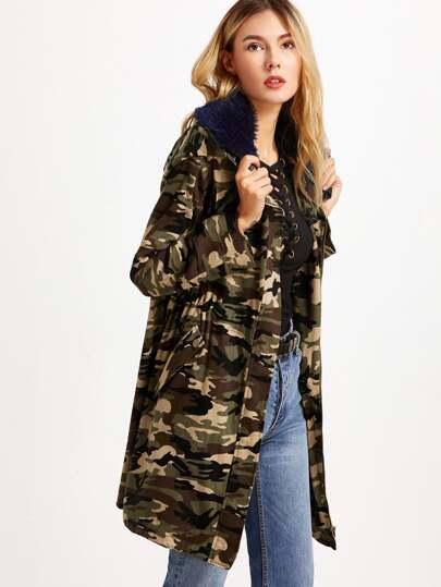 Abrigo con capucha de piel sintética y estampado de camuflaje - verde militar