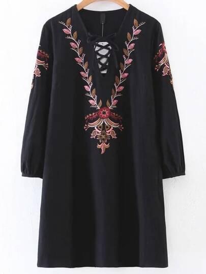 Чёрное модное платье с вышивкой и V-образным вырезом