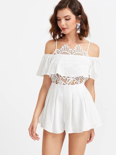 Белый модный комбинезон со сборкой и открытыми плечами