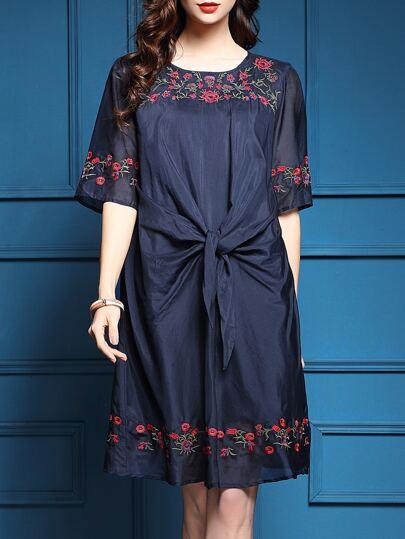 Тёмно-синее модное платье с цветочной вышивкой