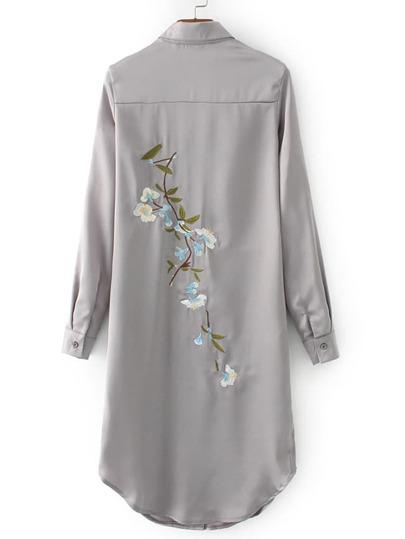 Серое модное платье-рубашка с вышивкой и вырезом