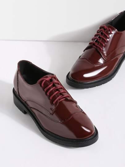 Burgund schnüren sich oben Lackleder-Schuhe
