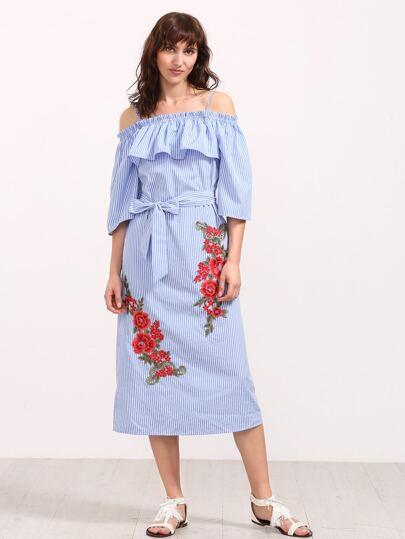 Синее модное платье в полоску с цветочной вышивкой и открытыми плечами