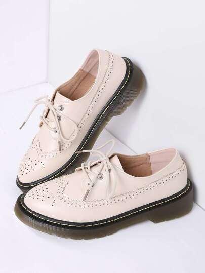 El albaricoque ata para arriba los zapatos planos de la PU