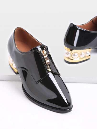 Nero disegno della chiusura lampo della pelle verniciata di scarpe con i tacchi