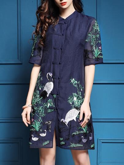 Тёмно-синее модное платье с вышивкой