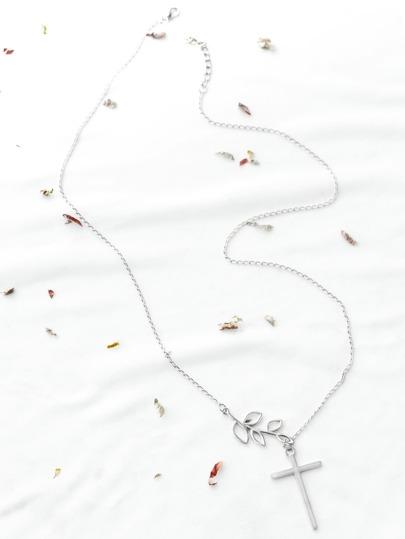 Croix d'argent et collier de feuilles