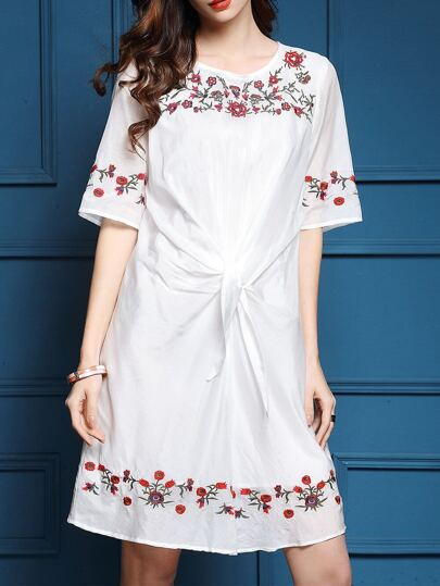 Белое модное платье с цветочной вышивкой