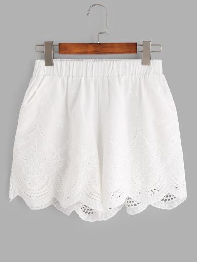 Weiße Shorts mit Blumenstickereien, Öse und Muschelsaum