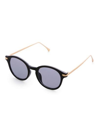 Gafas de sol con marco negro y lentes gris