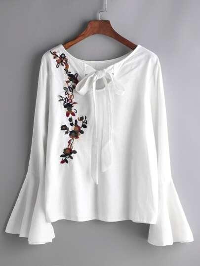 Blusa con bordado de flor de manga acampanada y cordón de lazo - blanco