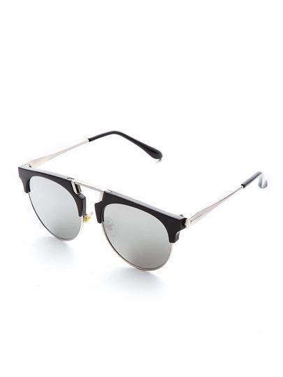 Gafas de sol estilo retro con brazos plateados y lentes gris