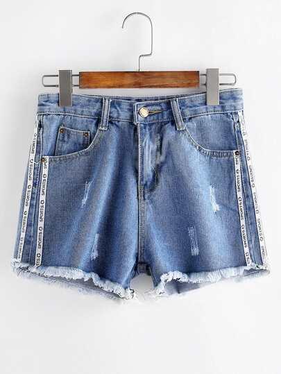 Shorts en denim con detalle de cinta con estampado de letra