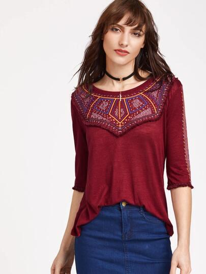 Camiseta con estampado de vintage y ribete con flecos - borgoña